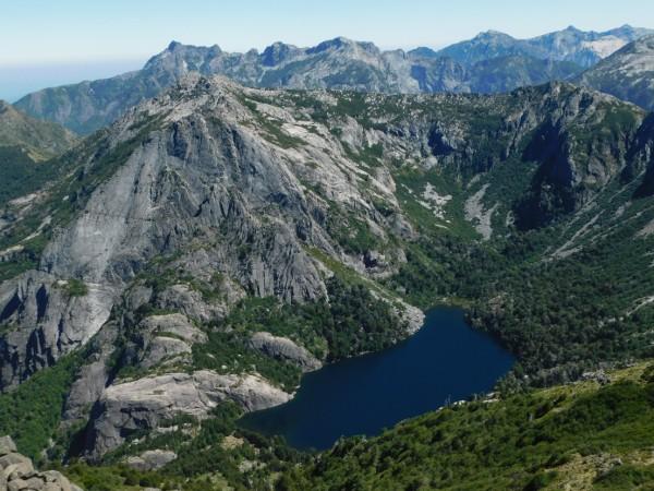 Cerro y laguna Pirquinco
